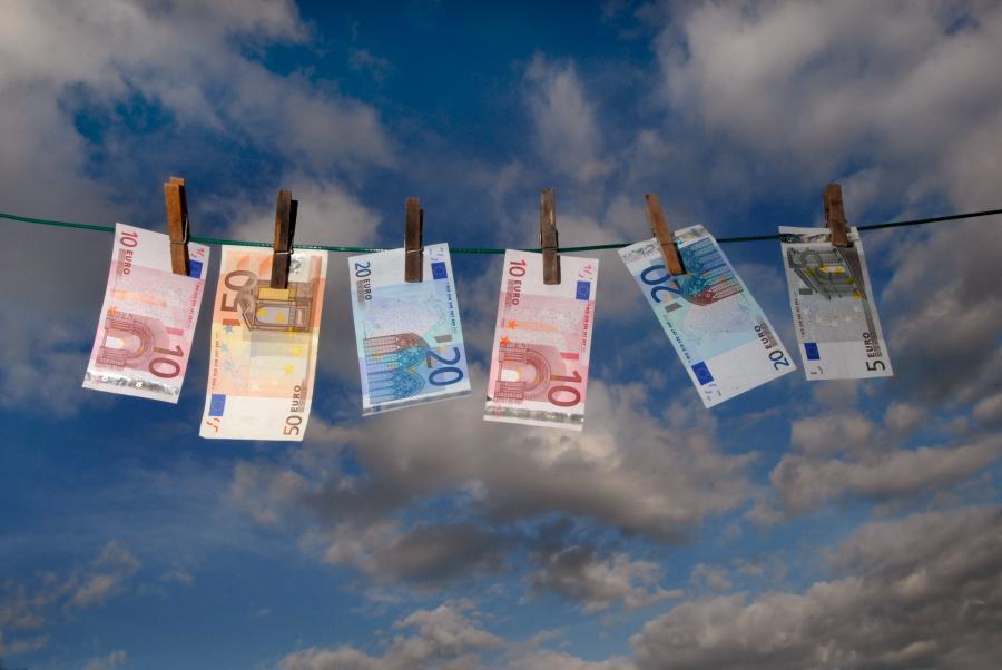 Narodowy Bank Polski zakłada, że napływ bezpośrednich inwestycji zagranicznych do Polski wzrośnie w 2011 roku do około 12,7 mld euro z 9,8 mld euro w tym roku.