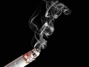 Jest kolejny argument aby rzucić palenie. Po wejściu w życie zakazu palenia za uprzykrzanie życia fanom tytoniu wzięli się parlamentarzyści. Senat opowiedział się właśnie za kolejną podwyżką akcyzy na wyroby tytoniowe. To pierwszy krok do radykalnych podwyżek cen papierosów. Tego domaga się od nas Unia.