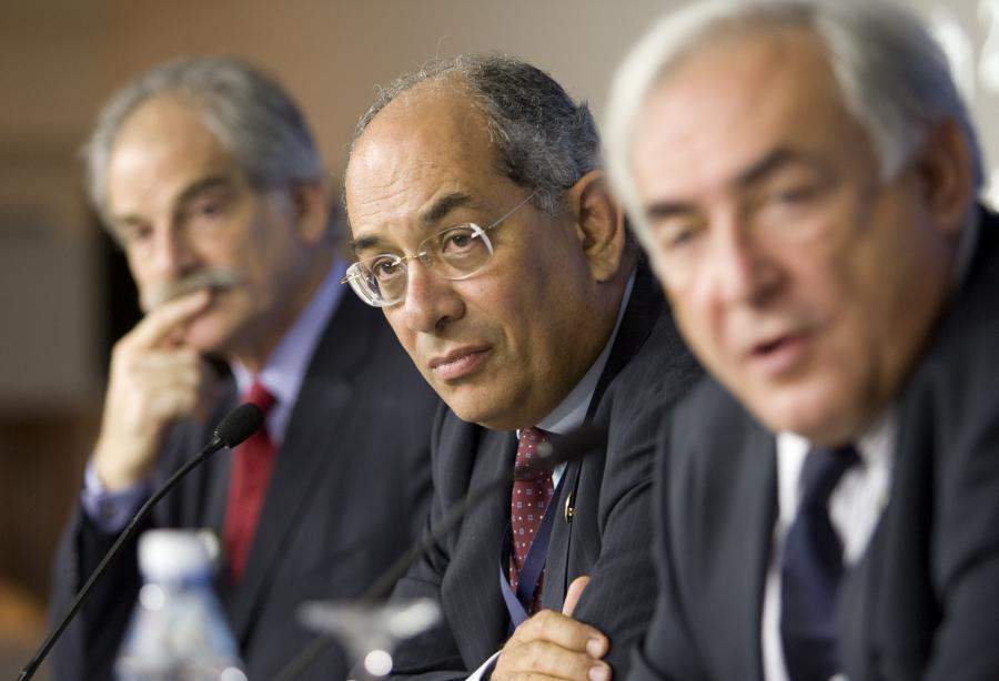Youssef Boutros-Ghali, minister finansów Egiptu (w środku), John Lipsky, pierwszy zastępca dyrektora wykonawczego MFW (z lewej)  Dominique Strauss-Kahn, dyrektor wykonawczy MFW (z prawej) podczas jendej z sesji MFW w Stambule. Fot. Bloomberg