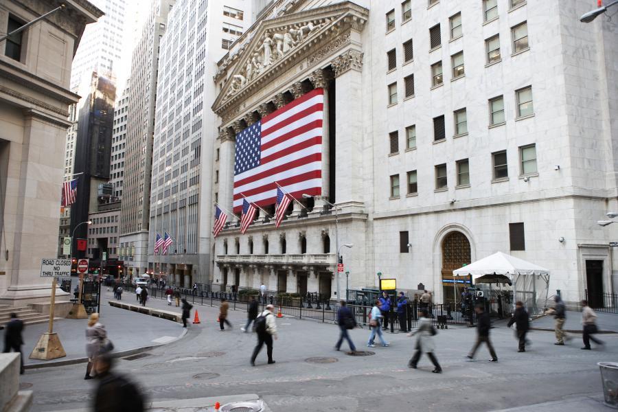 Poniedziałkowa sesja nie przyniosła istotnych zmian na nowojorskich giełdach. Wielu inwestorów zrobiło sobie już wolne przed zbliżającymi się świętami Bożego Narodzenia.