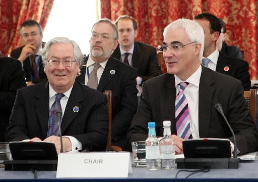 Mervyn King, gubernator Bank of England (z lewej) i Alistair Darling, minister finansów Wielkiej Brytanii. Fot. Bloomberg