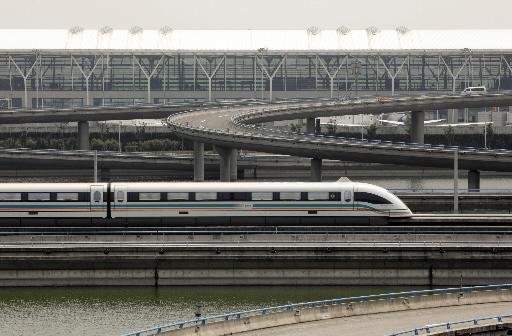 Kolej magnetyczna (Maglev) łączy port lotniczy w Szanghaju z największą metropolią Chin. Fot. Bloomberg