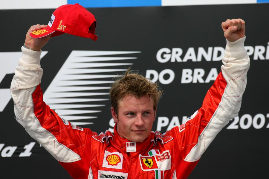 Kimi Raikkonen świętujący zwycięstwo w Grand Pix Brazylii w 2007 roku.