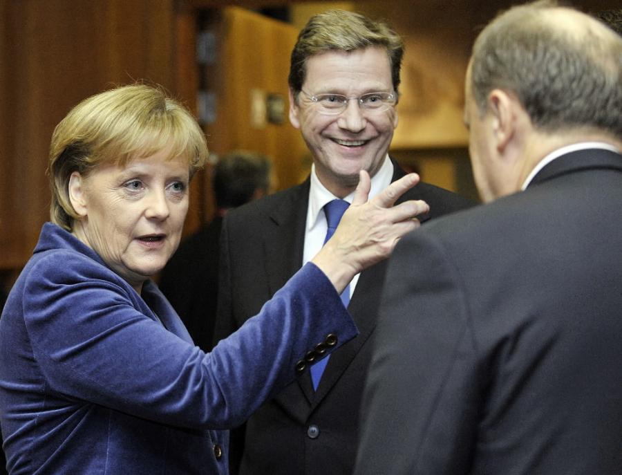 Angela Merkel przedstawia uczestnikom szczytu UE nowego wicekanclerza i szefa niemieckiej dyplomacji Guido Westerwelle. Fot. Bloomberg