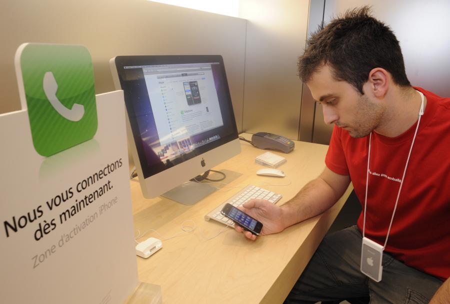 Pracownik pierwszego sklepu Apple we Francji.