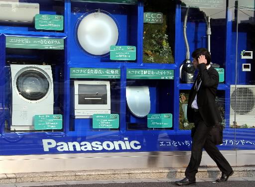 Produkty koncernu Panasonic prezentowane na jednej z witryn sklepowych w Tokio. Fot. Bloomberg