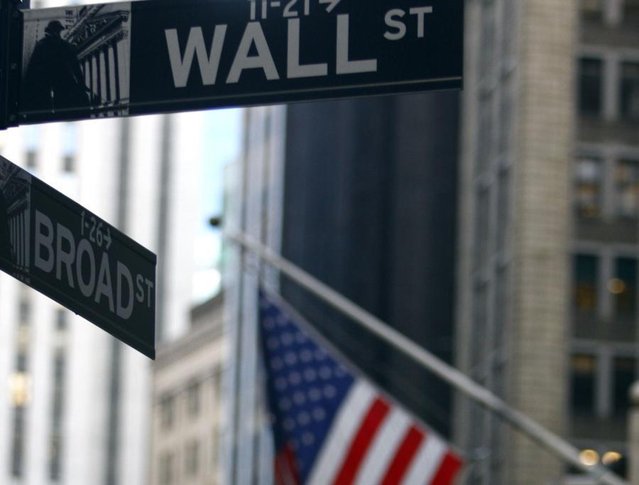 Poniedziałkowa sesja na Wall Street przebiegała pod znakiem spadków, choć w końcówce notowań zniżki wyhamowały, a Nasdaq zakończył dzień na plusie.  Wśród inwestorów wzrastają obawy, że kryzys finansowy rozprzestrzeni się na kolejne kraje strefy euro.