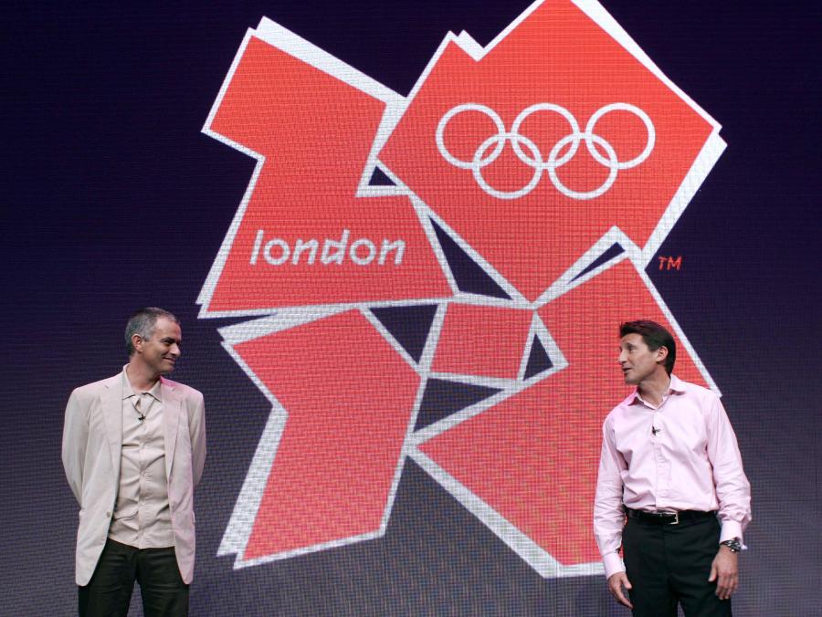 Jose Mourinho, manager klubu Chelsea Londyn, i Sebastian Coe, szef komitetu organizacyjnego londyńskich igrzysk, przed oficjalnym logo olimpiady 2012.