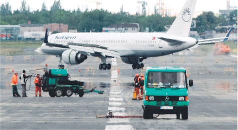 Polskie firmy obsługujące samoloty na Okęciu będą się wreszcie musiały zmierzyć z zagraniczną konkurencją Fot. Leszek Szymański/PAP