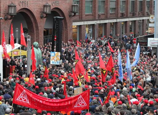 Pracownicy Opla protestują przed fabryką w Ruesselsheim, po ogloszeniu przez GM decyzji, że zachowuje firmę dla siebie. Fot. Bloomberg