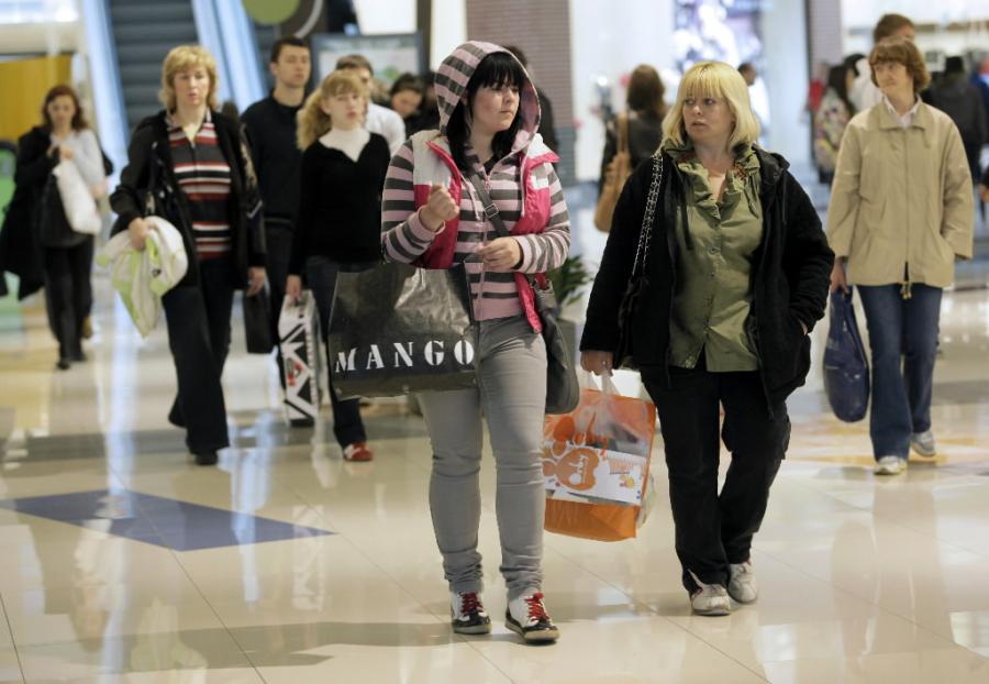 Klienci w centrum handlowym w Moskwie. Fot. Bloomberg