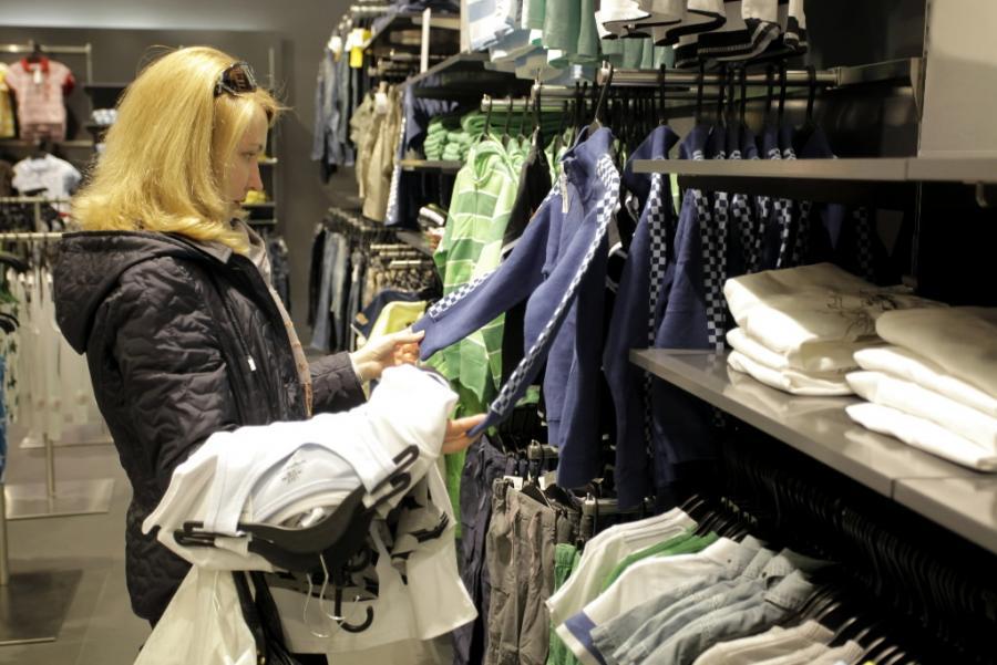 Zakupy w pierwszym sklepie Hennes & Mauritz (H&M) w Moskwie. Fot. Bloomberg