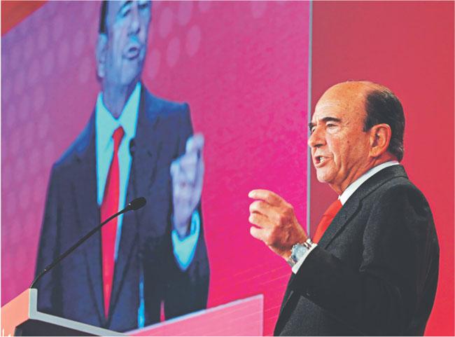Emilio Botin, szef hiszpańskiego Santandera, nawołuje podczas specjalnie zwołanej konferencji bankowców, by Bruksela nie zaostrzała nadzoru finansowego Fot. Bloomberg