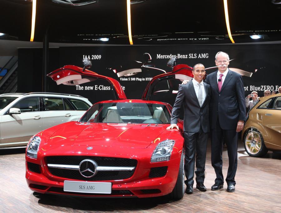 Prezes Daimlera Dieter Zetsche (po prawej stronie) z kierowcą zespołu McLaren Mercedes Lewisem Hamiltonem
