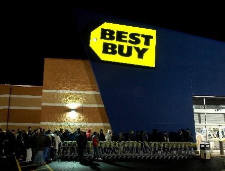 Setki zakupoholików czekają na otwarcie sklepu w Czarny Piątek