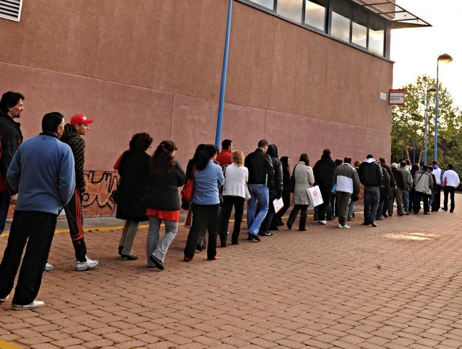 Kolejka bezrobotnych Hiszpanów do urzędu pracy