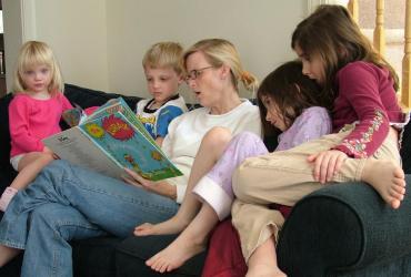 Kobieta czytająca dzieciom książke
