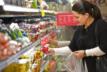 Sieci handlowe nie podniosą od 1 stycznia wszystkich cen o 1 procent. Taniej będzie zachować stare, niż zmieniać metki na tysiącach produktów. Mniejsze zyski sklepy odbiją sobie później, na nowych partiach towarów