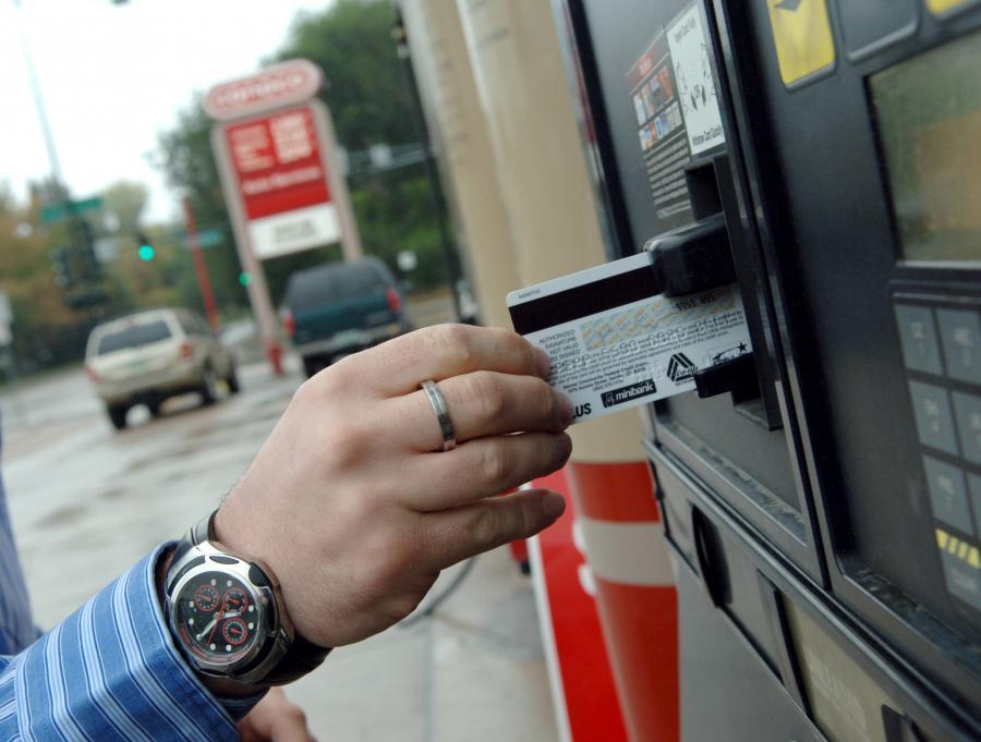 Terminal do płatności kartą w każdym urzędzie, pensje i świadczenia tylko na konto, bankomat w każdej wsi. Resort finansów chce to osiągnąć w kilka lat. Eksperci są sceptyczni.