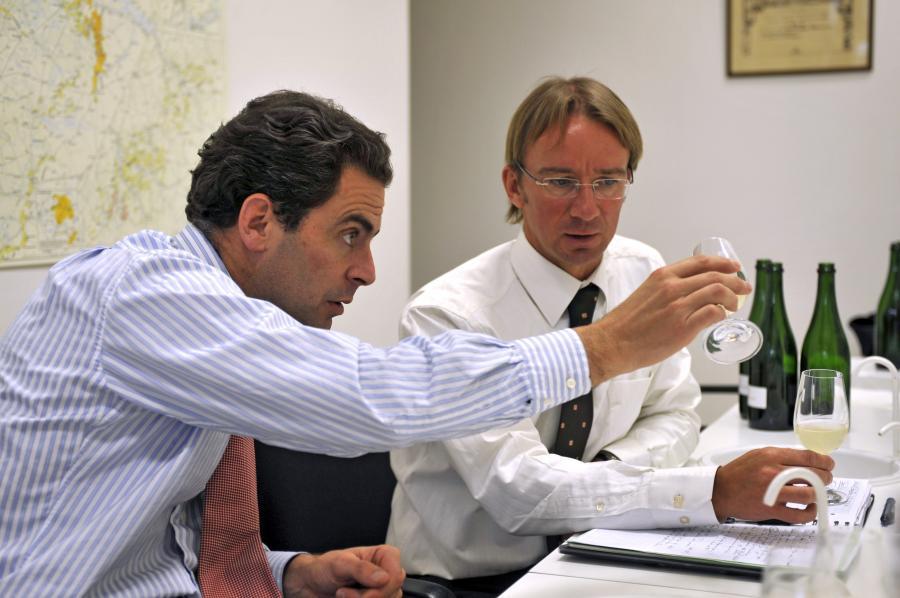 Stanislas Henriot, szef Henriot Champagnes, oraz Laurent Fresnet, menadżer piwnicy winnej firmy (po prawej stronie)