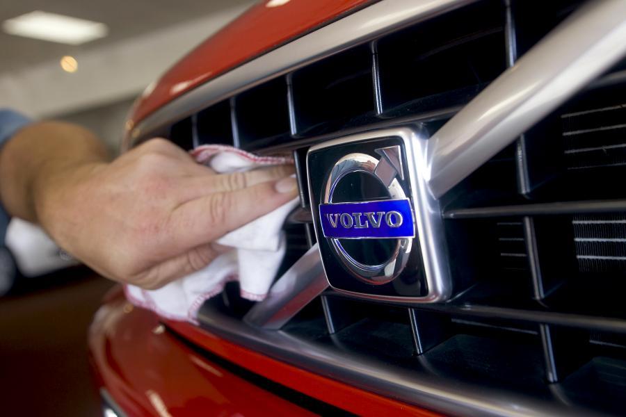 Chińska firma Geely przejmie produkcję samochodów osobowych Volvo od koncernu Forda - wynika z umowy podpisanej w niedzielę w fabryce pod Goeteborgiem. Pełnoprawnym właścicielem marki Volvo Chińczycy mają stać się do końca czerwca 2010 roku.