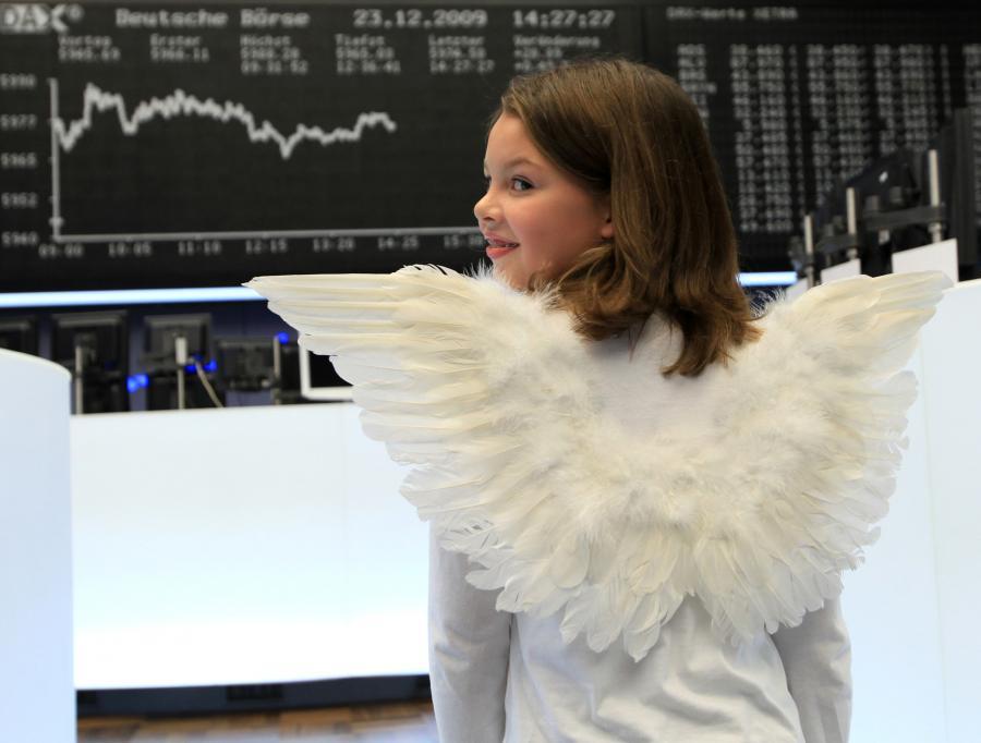 Ostatnia przedświąteczna sesja na parkietach w Europie przyniosła jedynie symboliczne zmiany indeksów. Nawet obniżenie ratingu Węgier nie zdołało wytrącić inwestorów ze świątecznych nastrojów i nie wywołało większej reakcji na giełdach.