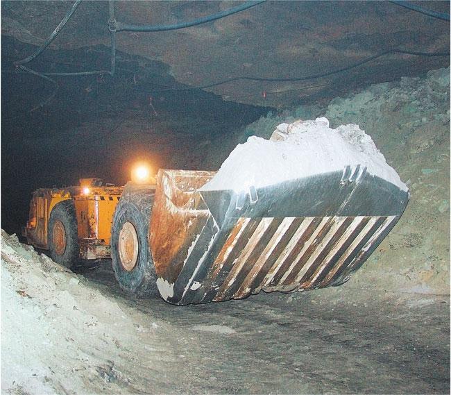Ładowarka, która wybiera rudę. Ogromna łyżka może zgarnąć jej naraz 12 ton Jerzy Kosiński/Materiały prasowe