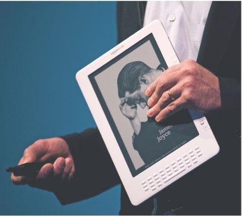 Na targach CES producenci zaprezentują m.in. 23 nowe elektroniczne czytniki książek. W 2009 roku przebojem było urządzenie Kindle. Fot. Bloomberg
