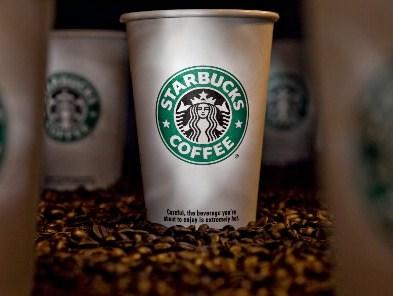 Kubek kawy z kawiarni Starbucks