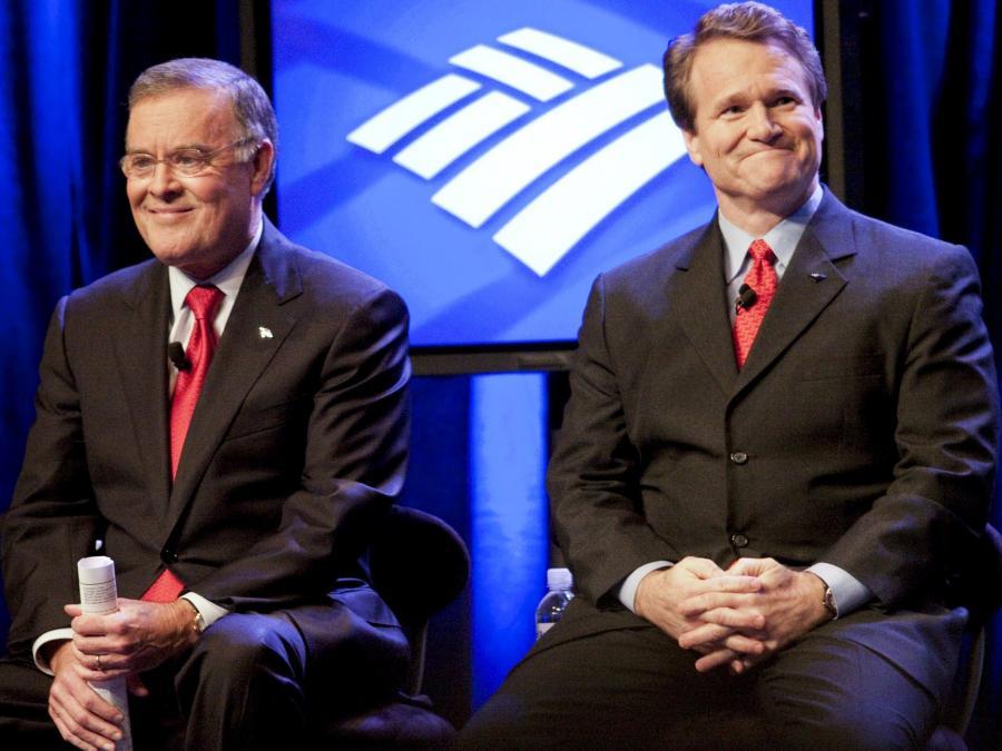 Uśmiechnięci i zadowoleni: Nowy prezes BoA Brian T. Moynihan (z prawej) i były prezes Kenneth D. Lewis