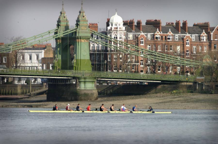 Członkowie wioślarskiego zespołu z Oxfordu przygotowują się do jednego ze słynnych, wioślarskich wyścigów ósemek Oxford-Cambridge