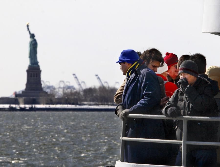 Amerykańska siła robocza starzeje się. Z analizy dziennika USA Today wynika, że liczba osób po pięćdziesiątce, które ciągle pracują, wzrosła do rekordowo wysokiego poziomu. Jednocześnie spadła liczba zatrudnionych młodych ludzi w przedziale wiekowym 16-24 lata.