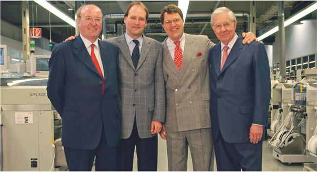 Markus Miele (drugi od lewej) i Renihard Zinkann (trzeci od lewej) wraz z ojcami, od których przejęli wspólne kierownictwo założonej w 1899 roku rodzinnej firmy wytwarzającej sprzęt gospodarstwa domowego Fot. Forum