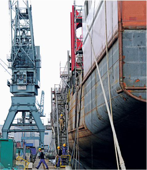 Statki, których budowę rozpoczęto w okresie boomu, są dziś armatorom niepotrzebne Fot. Forum