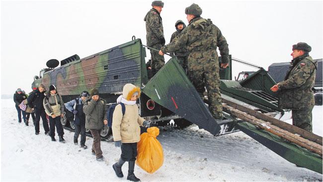 Żołnierze z II Brygady Saperów pomagają mieszkańcom odciętej od świata wsi Bużyska w powiecie siedleckim Fot. Tomasz Paczos/Forum