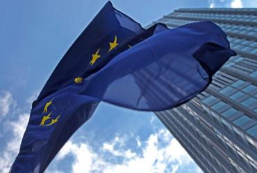 W rok po wejściu w życie nowego traktatu, szefowie państw i rządów UE mają uzgodnić na czwartkowo-piątkowym szczycie w Brukseli jego zmianę: wprowadzając dwuzdaniowy zapis, który będzie podstawą przyjęcia stałego mechanizmu ratowania krajów strefy euro w potrzebie.