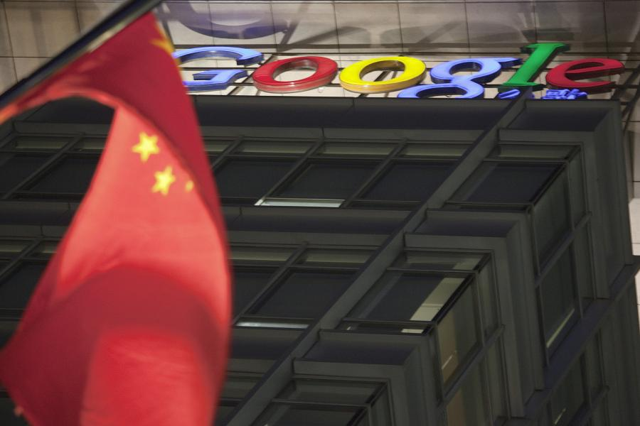 Na początku tygodnia internetowy gigant Google, prowadzący od pewnego czasu wojnę z Pekinem, zdecydował o automatycznym przekierowywaniu z chińskiej wersji przeglądarki www.google.cn na zarejestrowaną w Hongkongu www.google.com.hk.
