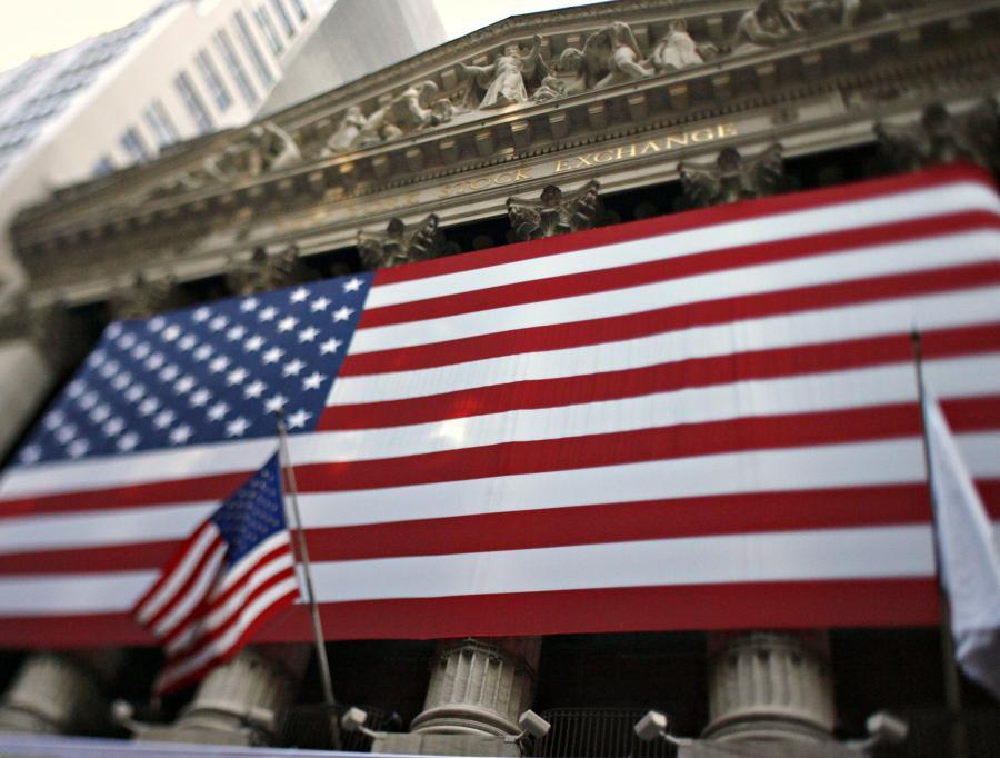 """Stany Zjednoczone zostaną zdegradowane w rankingu kredytowym w ciągu dwóch lat z powodu wysokiego poziomu długu publicznego – mówi na łamach """"The Telegraph"""" wiodący menedżer funduszy Jim Leaviss z M&G Na zdj. Amerykańska flaga na budynku giełdy w Nowym Jorku"""