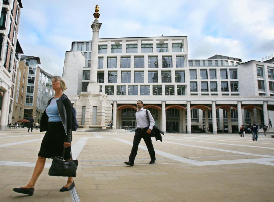 Przechodnie mijają londyńską giełdę papierów wartościowych