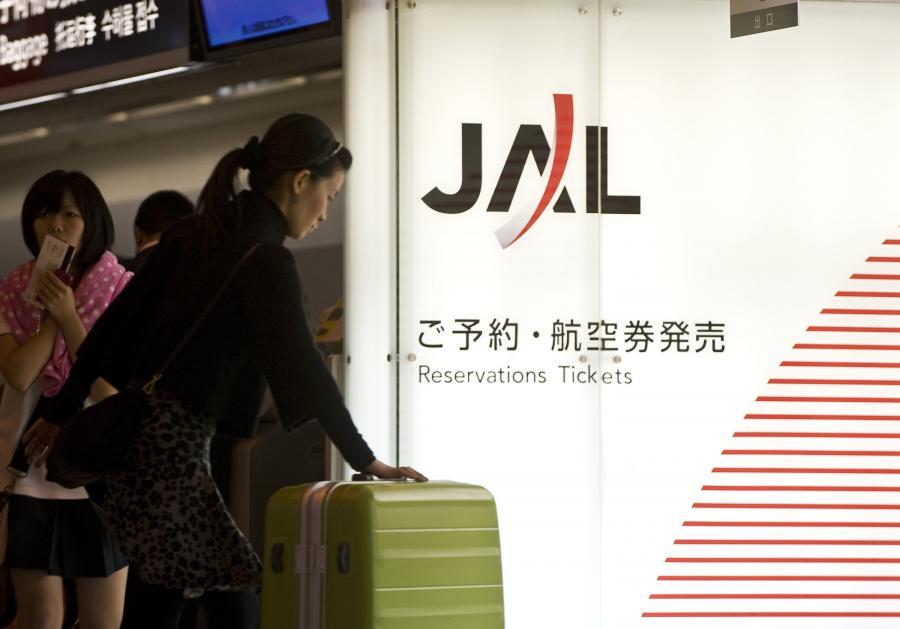 Odprawa bagażowa przed lotem samolotu należącego do Japan Airlines na lotnisku w Tokio