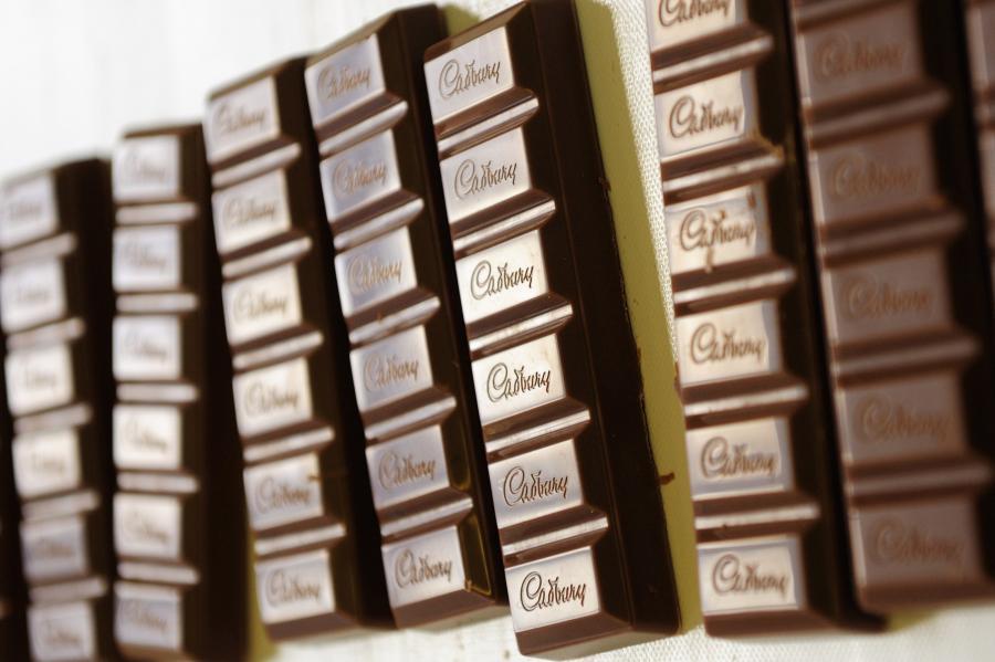Tabliczki słynnej już czekolady Dairy Milk produkowanej przez brytyjską firmę Cudbury
