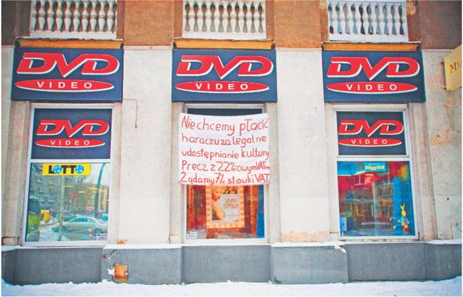 Transparent protestacyjny w oknie wypożyczalni na warszawskich Nowolipkach Fot. Marcin Kaliński