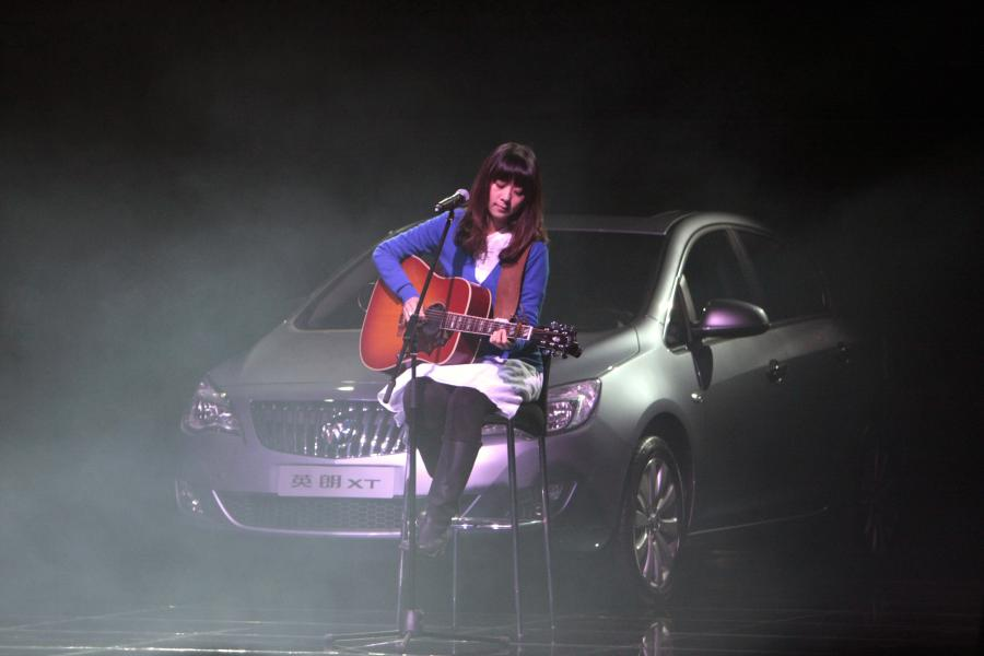 Piosenkarka chińska Chen Qi Zhen występuje podczas uroczystej inauguracji nowego samochodu marki General Motors Buick Excelle XT w Szanghaju