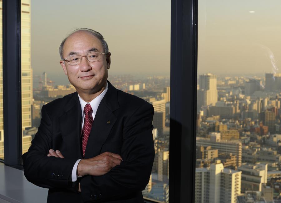 Akira Sawa prezes zarządu Mitsubishi Heavy Industries na tle panoramy Tokio