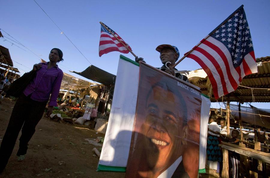 Mężczyzna z amerykańską flagą i wizerunkiem Baracka Obamy w jego rodzinnym kraju Kenii