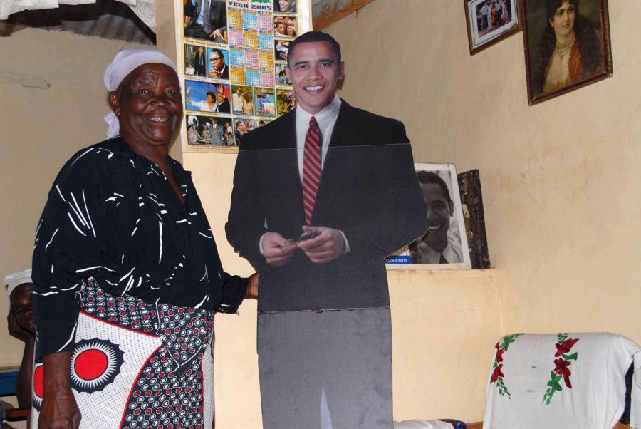 Tekturowa postać Baracka Obamy i jego babcia 89-letnia Sarah Obama