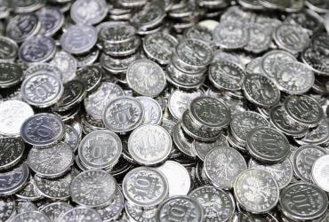Ministerstwo Finansów sfinansowało już 7 proc. przyszłorocznych potrzeb pożyczkowych brutto wynoszących 167,5 mld zł - poinformował Piotr Marczak, dyrektor Departamentu Długu Publicznego w MF. Na zdj. Dziesięciogroszówki z Mennicy Polskiej