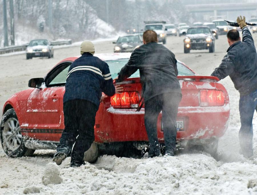 Odwołane pociągi, połamane drzewa i wypadki drogowe przyniósł w Czechach wtorek, kolejny dzień listopadowego ataku zimy. Słowacja ostrzega przed powodziami.