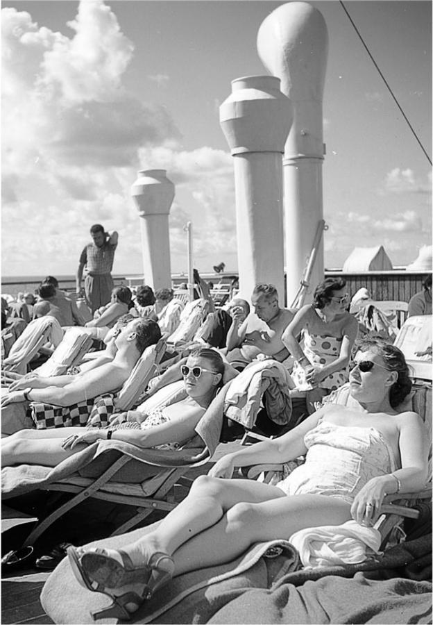 """Na pokładzie statku """"Batory"""" podczas rejsu do Ameryki. Połowa lat 50. XX wieku Fot. Zbyszko Siemaszko/Forum"""
