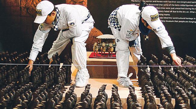 Chińscy robotnicy pracują nad czekoladową repliką słynnej armii z terakoty, Pekin 14 stycznia 2010 r. Fot. AFP